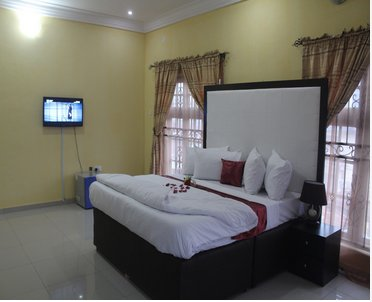 VINCHEE SUITES - #1 Deluxe Queen Room, holiday rental in Lagos State