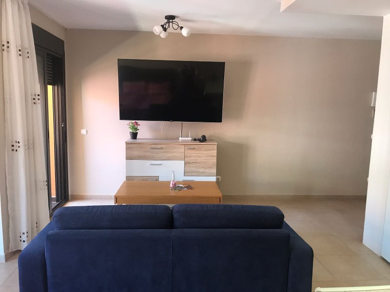 cómodo sofá e inteligente de TV de 70 pulgadas