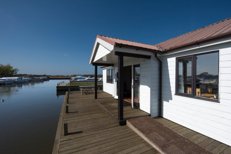 Kingfisher Cottage, holiday rental in Ludham