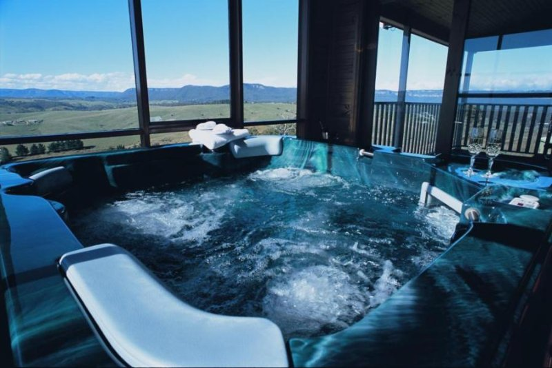 Romantic getaway to luxurious Blue Mountains chalet. Private hot tub and views!, holiday rental in Kanimbla