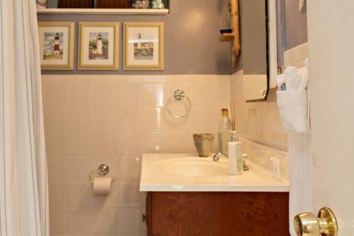 cuarto de baño completo con tocador, ducha y bañera.