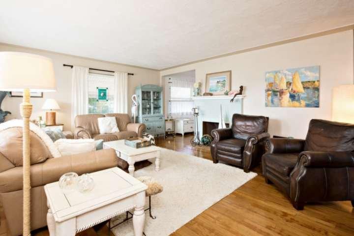 acogedora sala de estar con una decoración costera.