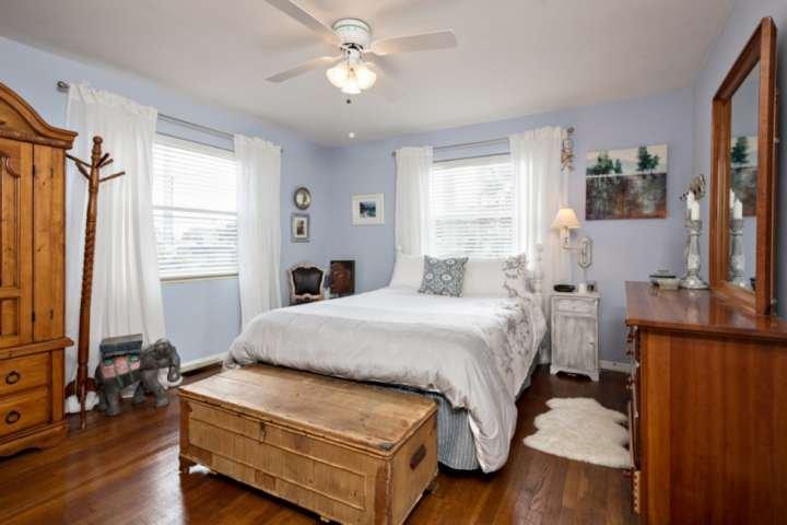 dormitorio cuenta con cama de matrimonio, siempre cómoda, ventilador de techo y despertador.