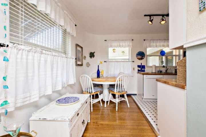 Mesa redonda para cocina con 4 sillas.