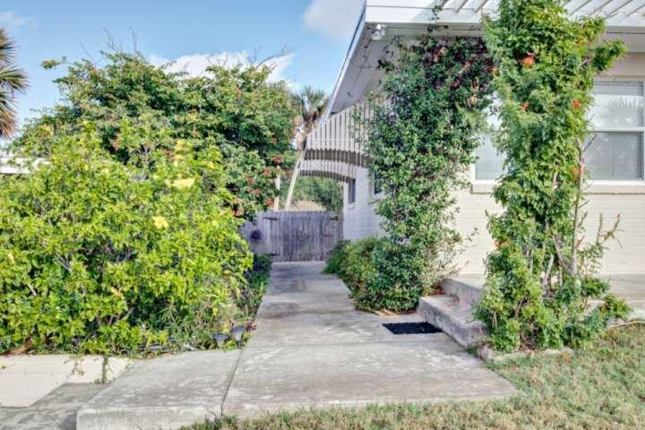 Acera conduce a patio privado y patio.