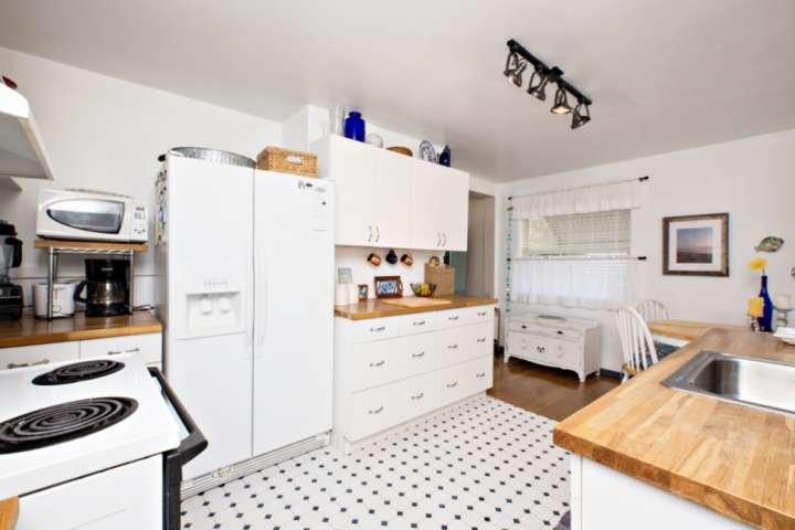 Todos los electrodomésticos, cafetera, tostadora y licuadora disponible.