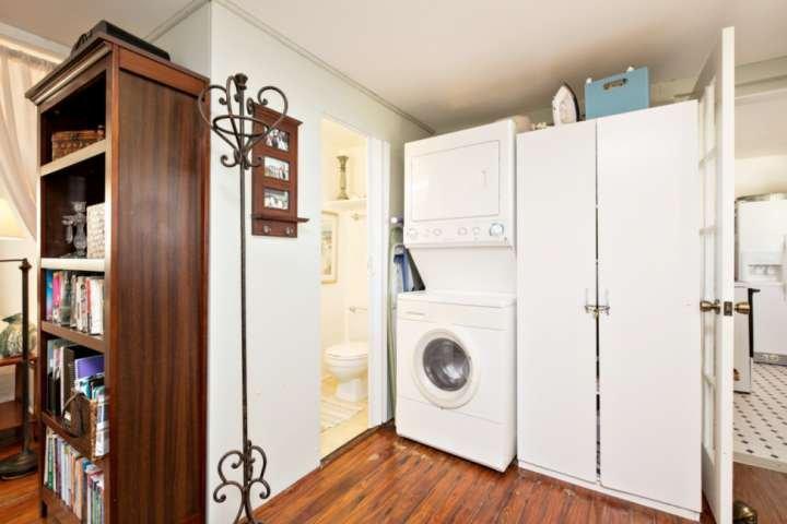 Medio baño y lavadora / secadora en la zona de oficinas.