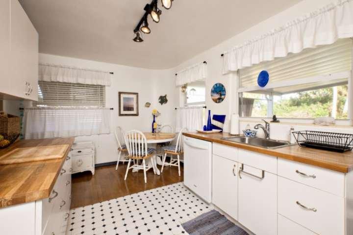 ventana de la cocina se asoma al patio y patio trasero.
