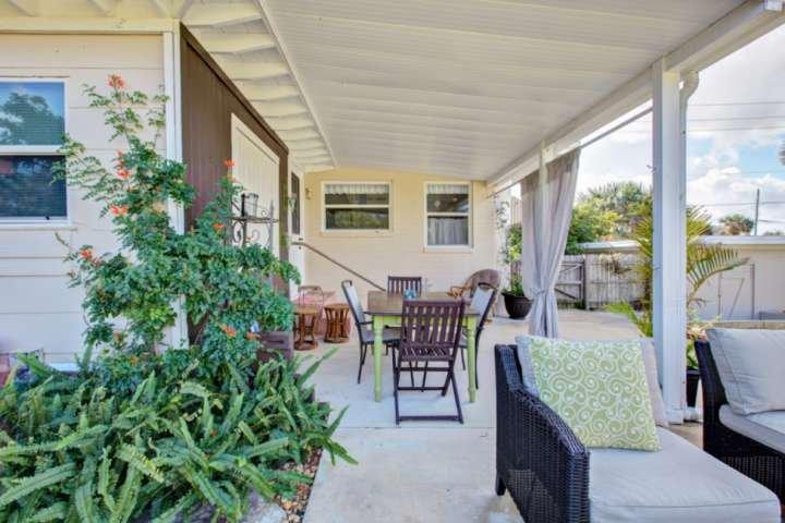 Patio cubierto con muebles de patio trasero para su uso.