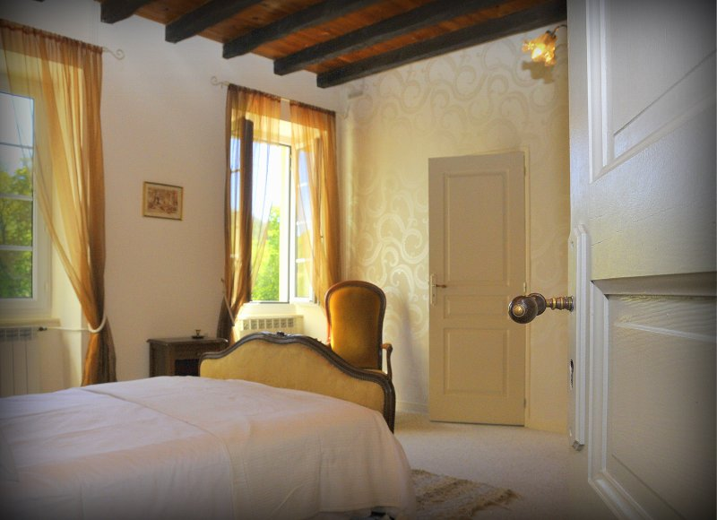 Spacious rooms, comfortable beds & many traditional features. Quality linen & towels. En-suite Dble