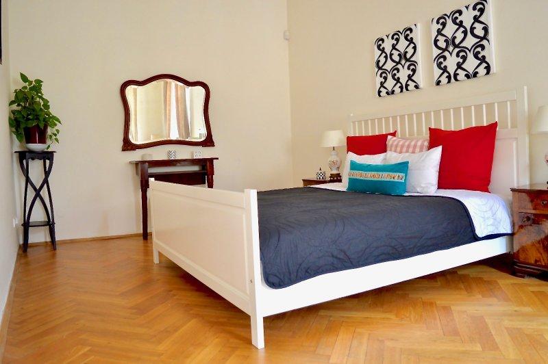 Grand lit double dans une chambre spacieuse, une chambre juste taille presque deux fois chambre d'Hôtel.