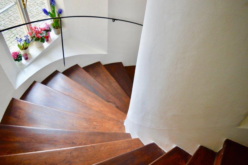 bois escalier en colimaçon d'origine dans la construction impeccablement entretenu.