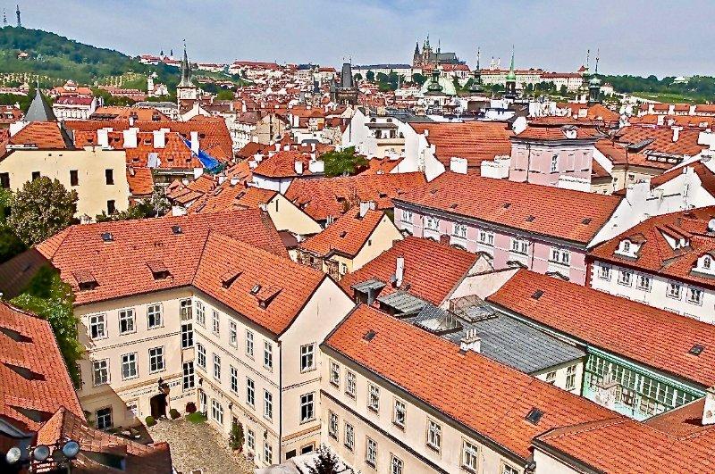 Voir notre bâtiment en face de la vue arrière du château de Prague.