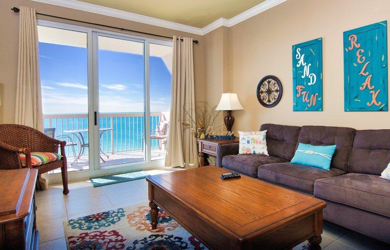 Wohnzimmer hat Zugang zum Balkon und herrlichem Blick auf den Golf