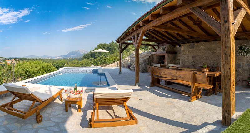 Villa My Peace with heated massage pool and old stone house near Omiš and Split, location de vacances à Kucice