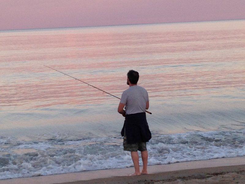 Fiske på stranden på en vacker kväll i OOB.