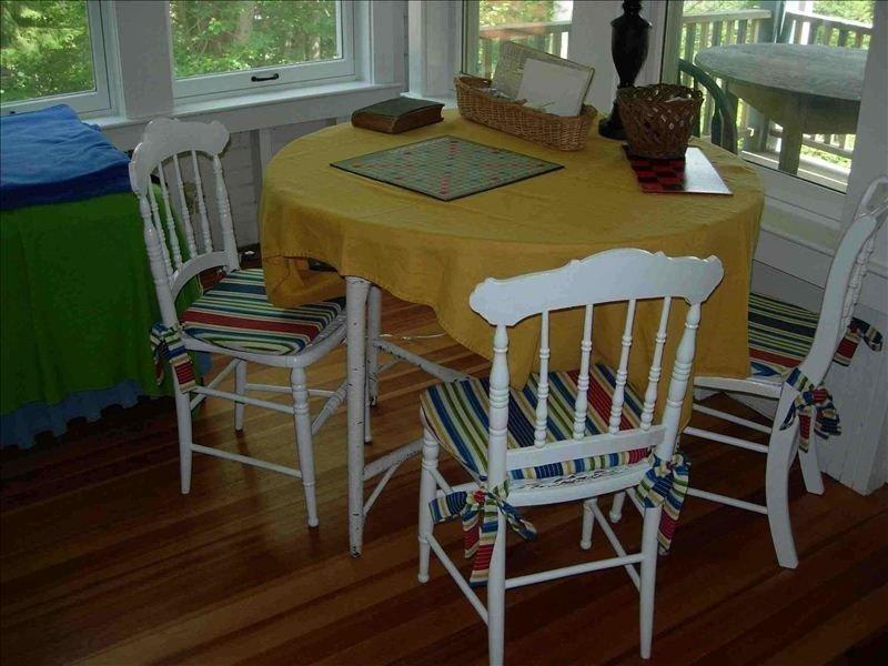 « Table Scrabbe » dans le salon. Bon pour des puzzles aussi!
