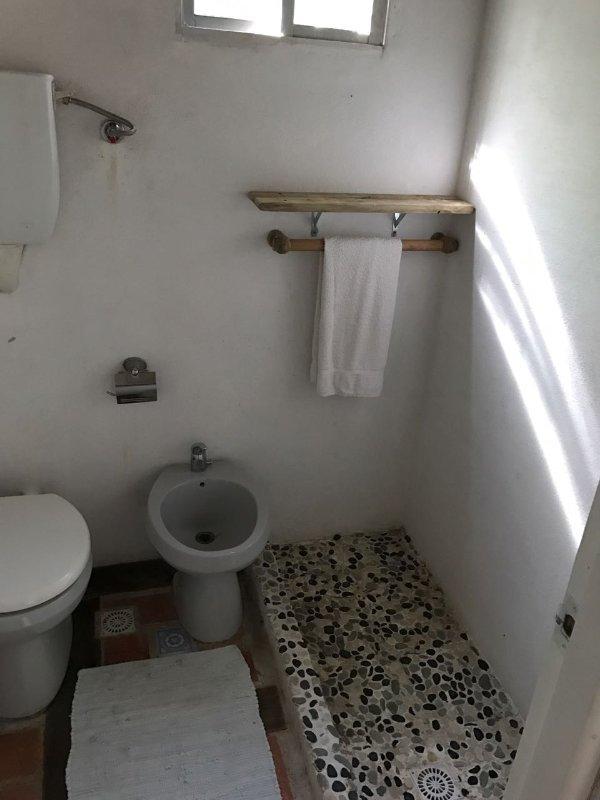 Toilettes et douche, séparées du lavabo.