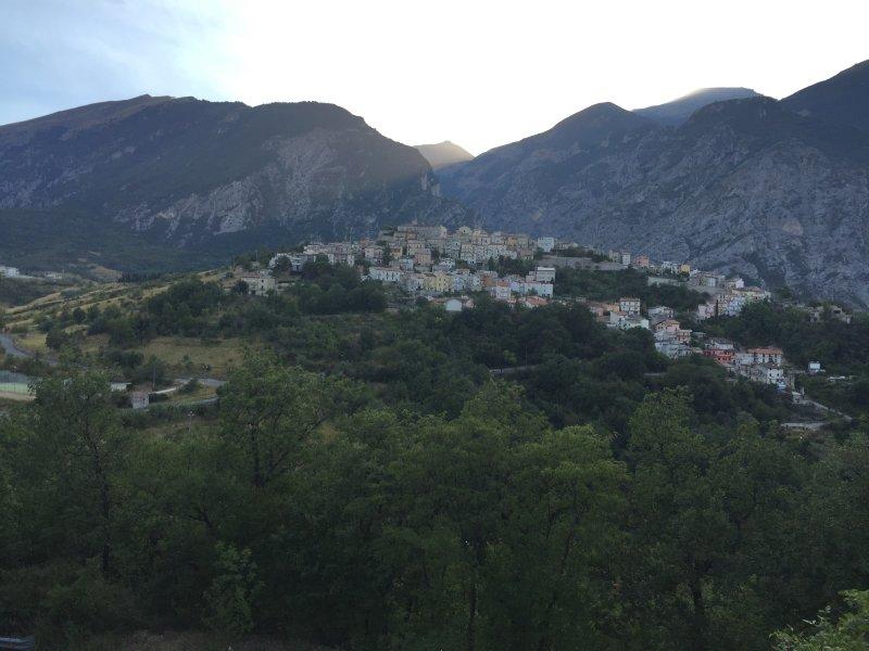 M. Civitella vu de l'est. la maison est sur son sommet, juste à côté du château