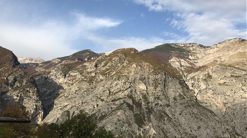 La montagne Majella vu de la place centrale où la maison est située.