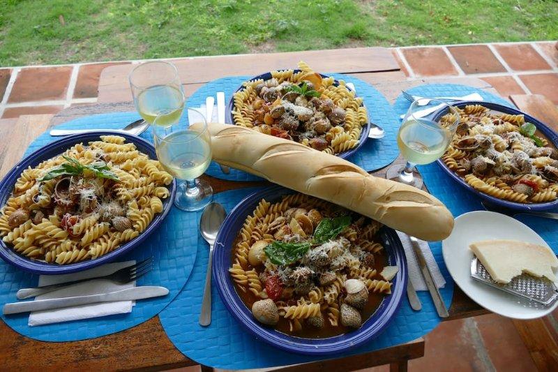 Tegen een kleine vergoeding kunnen onze Frans / Filipina Cook verse vis maaltijden te bereiden. Ze doet ook Mexicaan.