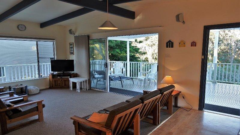 Wonky Pine Beach House 17 Matron Porter Drive, holiday rental in Milton