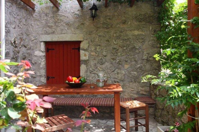 Outsidedining table of Villa Menelia