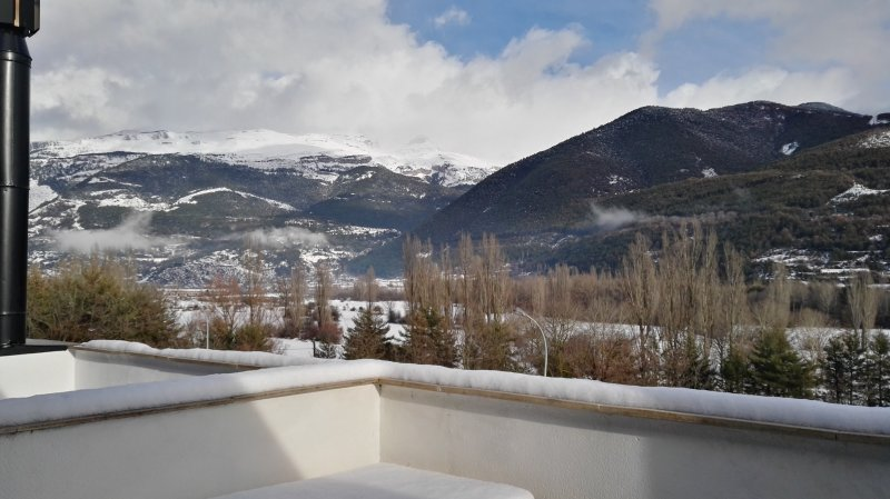 ALQUILER APARTAMENTO EN VILLANUA, vacation rental in Canfranc