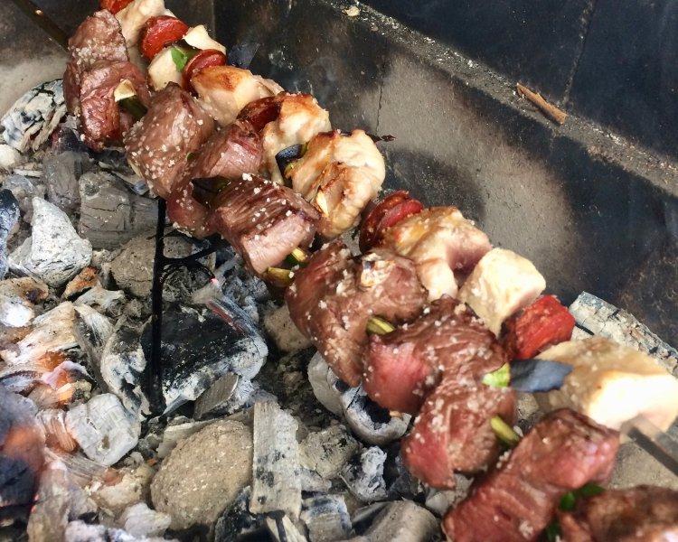 Una deliciosa manera de cocinar su comida y disfrutar del aire libre