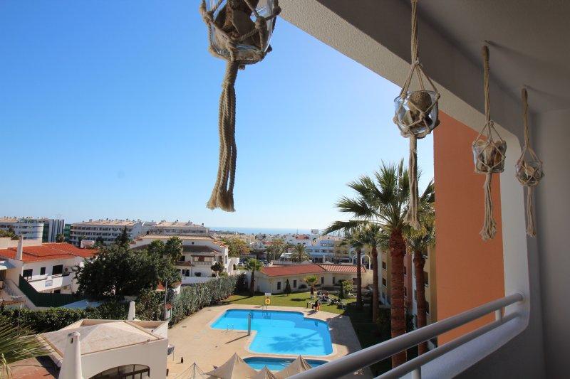 Estar terraço quarto, vista piscina e mar ...