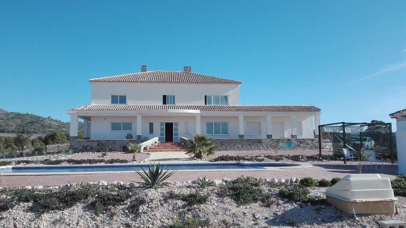 Ruime 2 persoons slaapkamer met en suite badkamer en balkon, holiday rental in Pedralba
