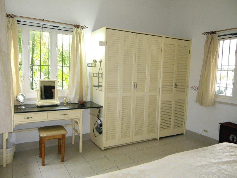 El dormitorio principal mesa y armarios vestidor. Hay una gran caja fuerte en el interior del armario.