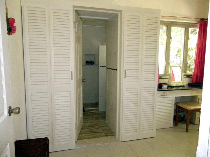 dormitorio de matrimonio, tocador, armarios y la entrada al cuarto de baño nuevo