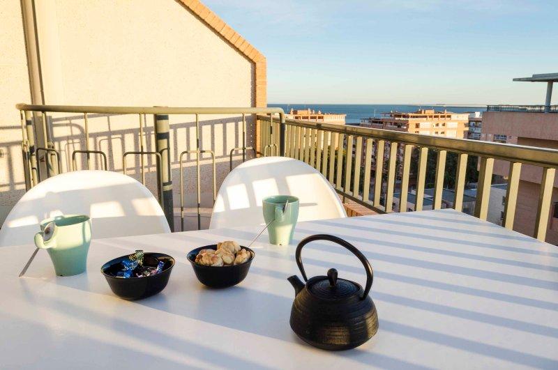 terrasse extraordinaire avec vue sur la mer. terrasse solarium extraordinaire avec vue sur la mer.