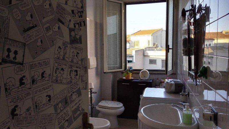 Badrum med bidé, badkar och tvättmaskin