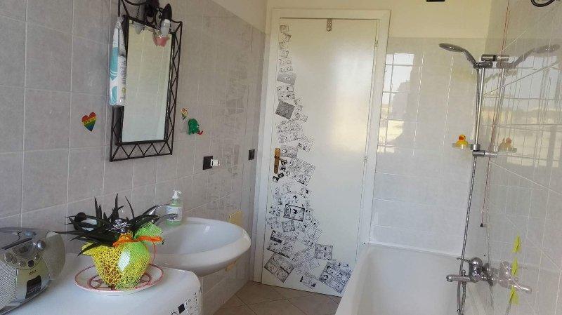 Bagno con bidet, vasca e lavatrice