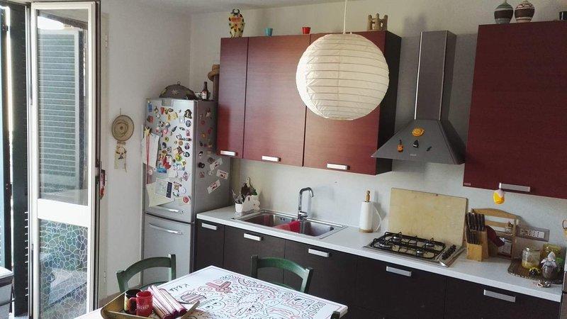 Vardagsrum med bäddsoffa och kök utrustat med allt som behövs