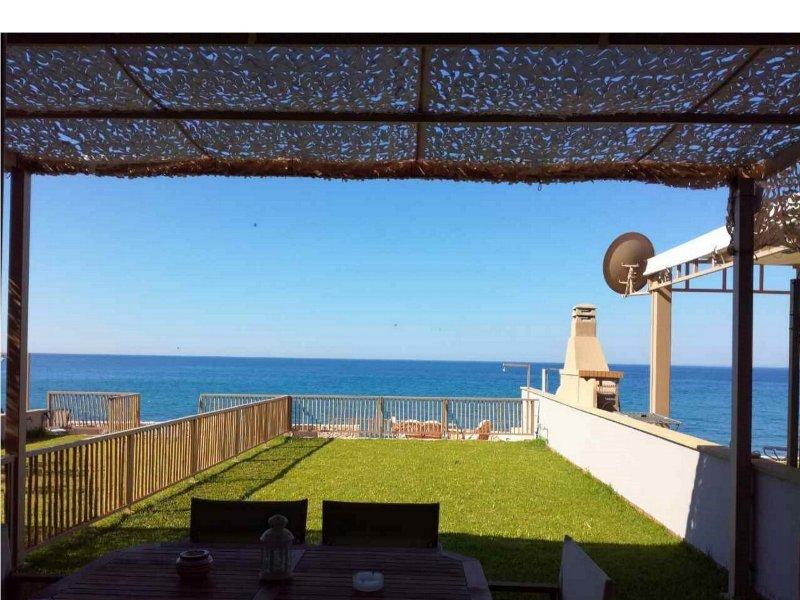 Dip In The Blue - 2 (Holiday home by the sea), aluguéis de temporada em Korissia