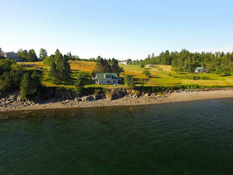 TIDE-WATER COTTAGE - ROSSPORT BY THE SEA, holiday rental in Campobello Island
