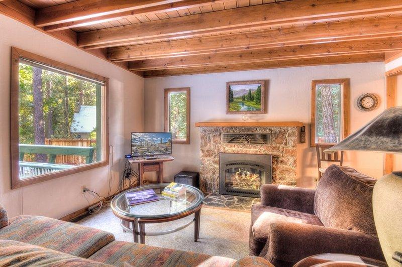 Schöner Kamin im Wohnzimmer. Flachbildfernseher