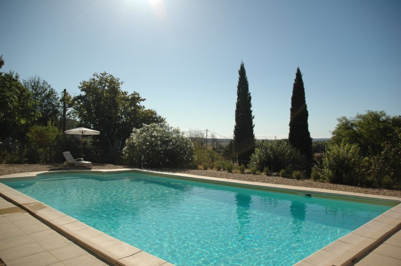 Village house, panoramic views, large pool,  private gardens, 5km from Uzès, holiday rental in Serviers-et-Labaume