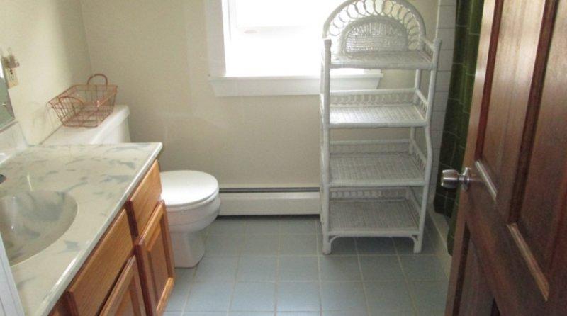 bagno al piano superiore con passo nella doccia