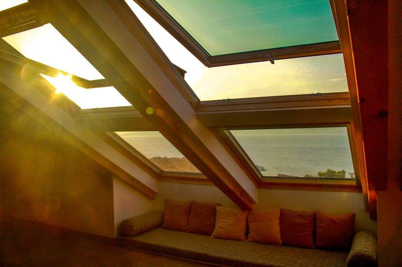 longues fenêtres de toit offrant une vue imprenable sur la mer Adriatique