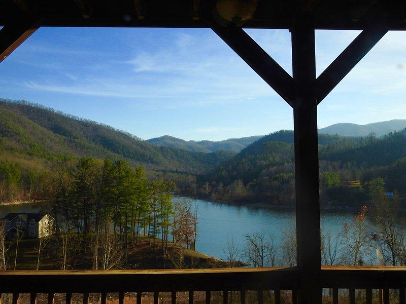 Staande op het dek met uitzicht over het meer en de bergketen. Uitzicht op de Cherokee National Forest