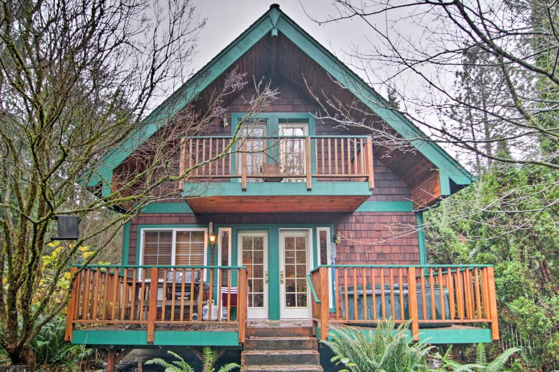 Escape to 'Big Bend Cabin,' a 2-bedroom, 1-bathroom riverfront cabin that's ideal for a romantic getaway, friends retreat or family vacation!