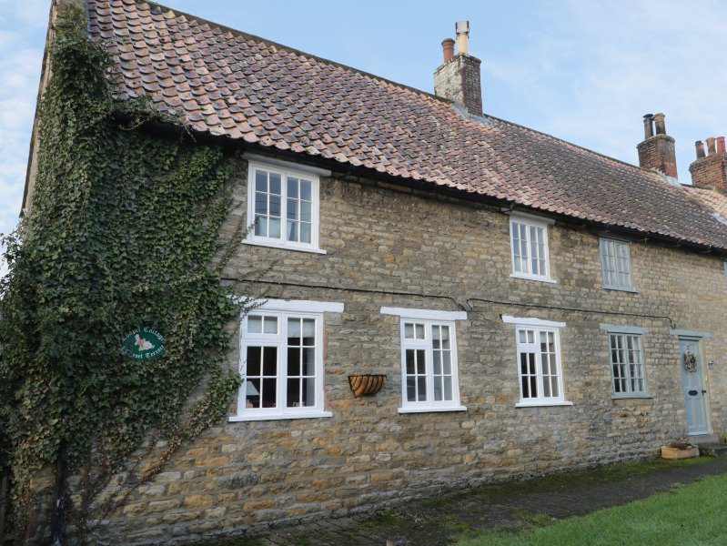 CHAPEL COTTAGE, open fire, close to the coast, exposed beams, in Ebberston, Ferienwohnung in East Heslerton
