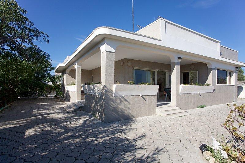 Villa direttamente sulla spiaggia per relax m711, location de vacances à Casalabate
