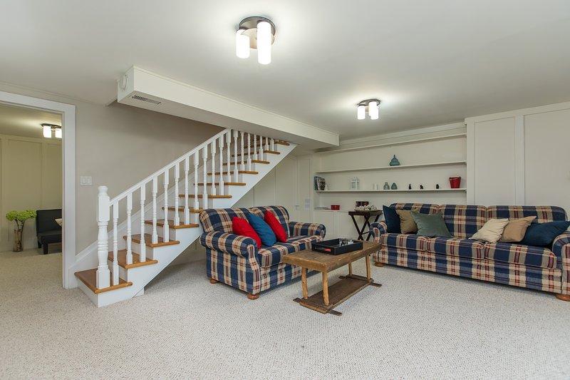 Bajo nivel de sala y la puerta de la habitación de invitados
