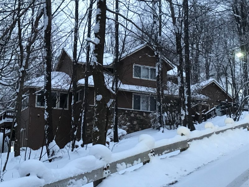 Huge Luxury Home On Slope Ski In/Out, location de vacances à Laughlintown
