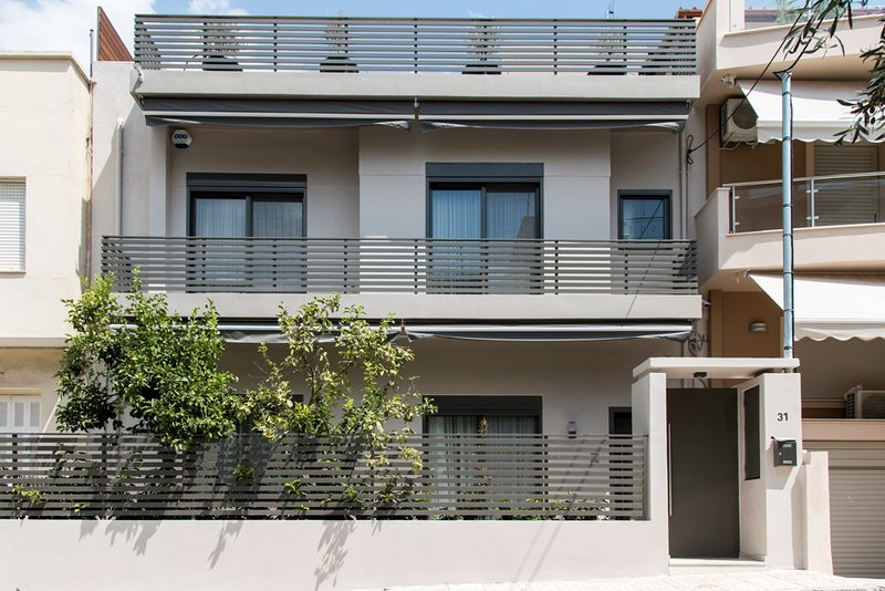 Beautiful new two-storey house with amazing terrace and barbeque, holiday rental in Ilioupoli